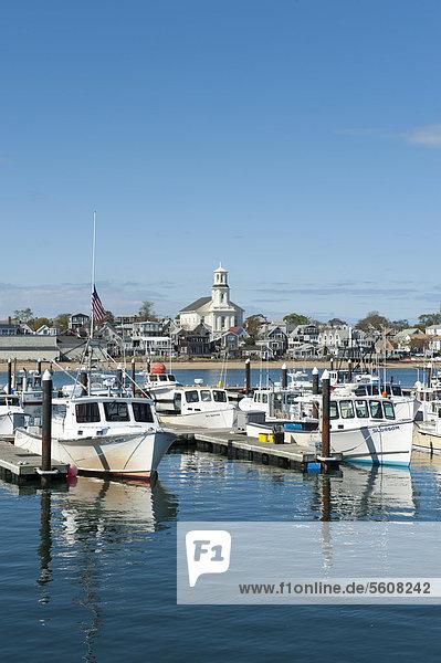 Blick vom Pier auf Boote und Stadt  Provincetown  Cape Cod  Massachusetts  USA  Nordamerika  Amerika