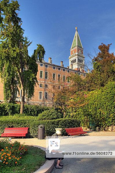 Blick auf Campanile di San Marco  Markusturm  Baubeginn 888 bis 911  Symbol der Stadt  am Markusplatz vom Giardini Ex Reali aus  Venedig  Venezien  Italien  Europa