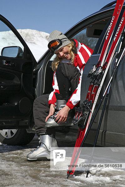 sitzend junge Frau junge Frauen Europa Sitzmöbel Auto Stiefel Ski Fahrersitz Deutschland Sitzplatz Thüringen