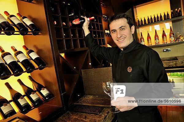 Kellner zieht Weinflasche aus einem Fach im Weinlager des Restaurants Chinar  Baku  Aserbaidschan  Kaukasus  Vorderasien