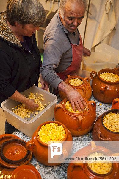 Zubereitung einer Tofeja  Spezialität im Rifugio Salvin  Lanzo  Piemont  Italien  Europa Zubereitung einer Tofeja, Spezialität im Rifugio Salvin, Lanzo, Piemont, Italien, Europa