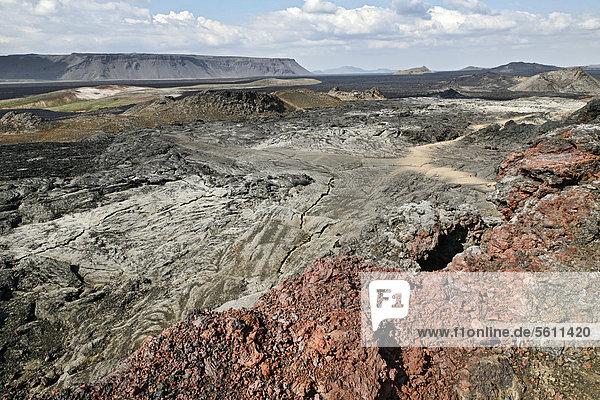 Erloschene Krater  Lavafelder und farbige Lava im Geothermalgebiet der Leirhnjukur-Spalte am Vulkan Krafla im Norden von Island  Europa