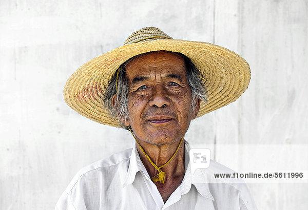 Portrait  alter Mann mit Strohhut am Inle-See in Myanmar  Birma  Südostasien  Asien