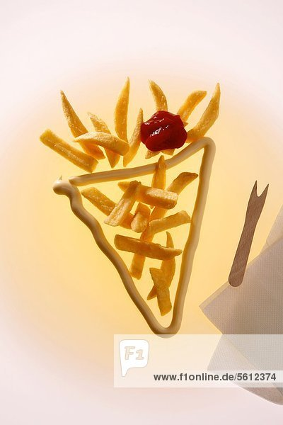 Pommes Frites mit Ketchup und Mayonnaise Pommes Frites mit Ketchup und Mayonnaise