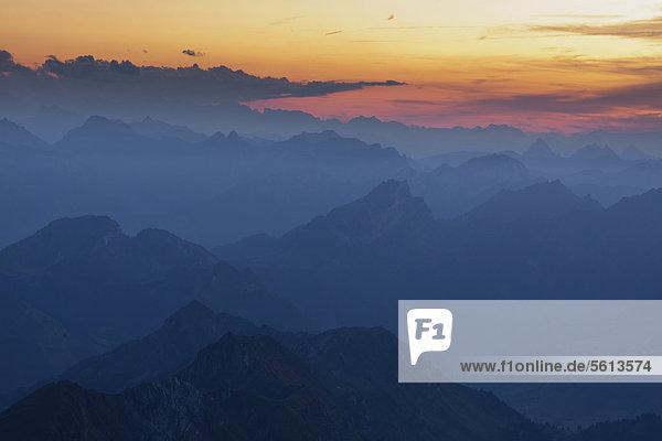Berggipfel mit verschiedenen Schattierungen vom Säntisgipfel aus gesehen  nach Sonnenuntergang  Appenzell Ausserrhoden  Schweiz  Europa  ÖffentlicherGrund