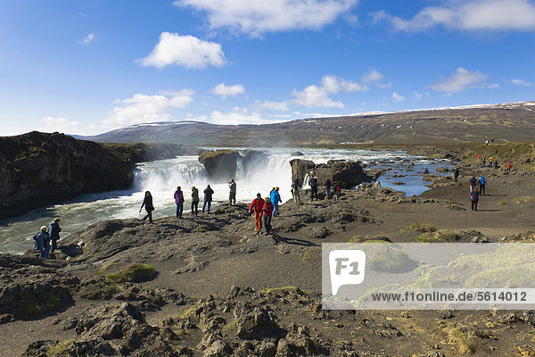 Touristen am Godafoss  dem Götter-Wasserfall  Island  Nordeuropa  Europa
