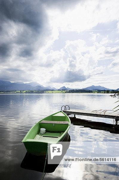 Boot am Steg  Hopfensee  bei Füssen  Allgäu  Bayern  Deutschland  Europa