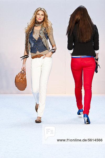 Junge Frau  Model performt bei der Frühlings- und Sommer-Modeschau 2012 im Pilatusmarkt in Kriens  Luzern  Schweiz  Europa