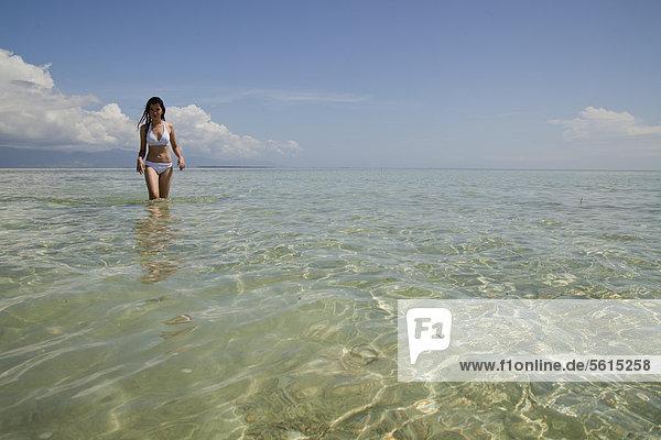 Junge hübsche Asiatin im Bikini am Traumstrand auf der Insel Pandan in der Honda Bay vor Puerto Princesa  Insel Palawan  Philippinen  Asien