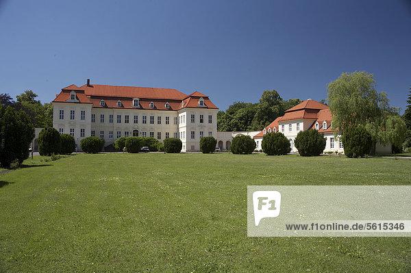 Schloss Nischwitz bei Wurzen  Hofseite  Sächsisches Burgen- und Heideland  Sachsen  Deutschland  Europa