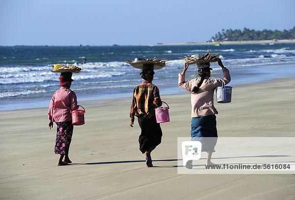 Drei Verkäuferinnen am Strand von Ngwe Saung Beach  Myanmar  Birma  Burma  Südostasien  Asien