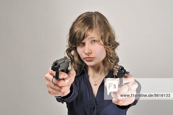 Junge Frau  20 Jahre  mit 2 Pistolen
