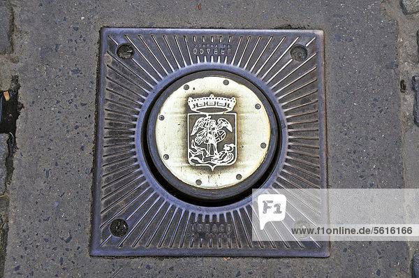 Im Boden versenkbarer Straßenpoller mit Wappen von Brüssel  Grote Markt  Grand Place  Brüssel  Belgien  Europa  ÖffentlicherGrund