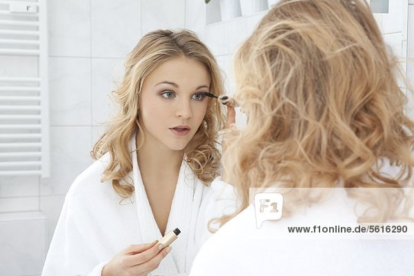Junge Frau schminkt sich