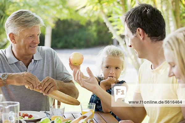 Mehrgenerationen-Familie mit Essen im Freien