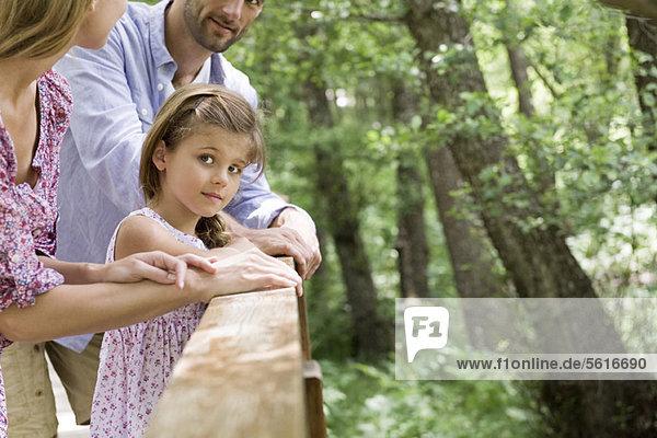 Mädchen verbringt Zeit mit Eltern im Freien  abgeschnitten