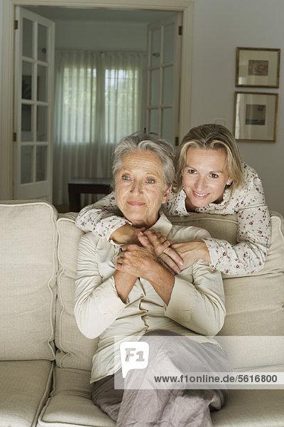 Mutter und Tochter im Wohnzimmer
