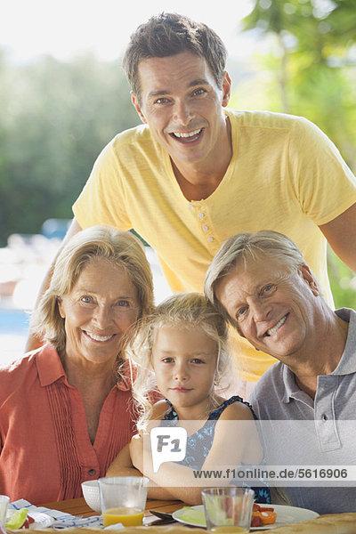 Mehrgenerationen-Familie beim Essen im Freien  Portrait