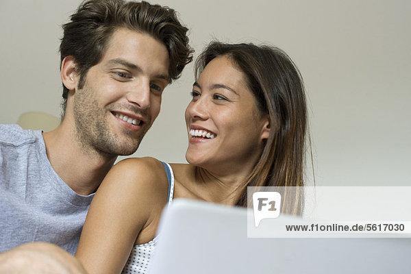 Junges Paar  das Zeit miteinander verbringt
