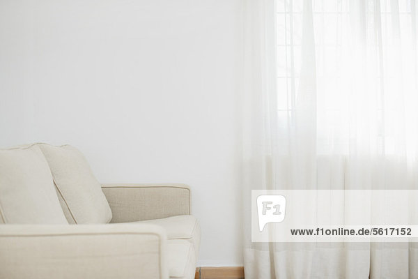 Wohnzimmer mit weißer Dekoration