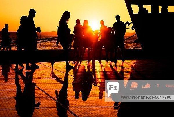 benutzen  Fröhlichkeit  Mensch  Tag  Menschen  Sommer  Abend  Sonnenuntergang  Wärme  Beleuchtung  Licht  ernten  Boden  Fußboden  Fußböden  Architekt  Design  grüßen  Kroatien  Rhythmus  Show  Sonne