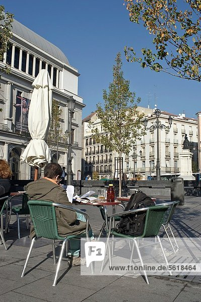 sitzend  Madrid  Hauptstadt  Mann  Quadrat  Quadrate  quadratisch  quadratisches  quadratischer  Terrasse  Oper  Spanien