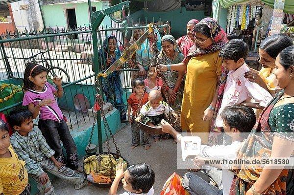 balancieren  Junge - Person  klein  Asien  Indien