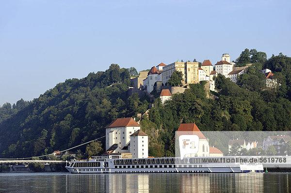 Fahrgastschiff auf der Donau  Veste Oberhaus  Veste Niederhaus  Passau  Niederbayern  Bayern  Deutschland  Europa  ÖffentlicherGrund