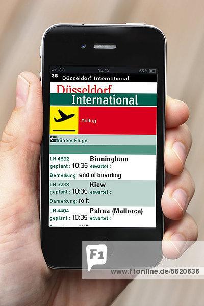 Iphone  Smartphone  App auf dem Display  Informationen über Abflug  Ankunft  Verbindungen  Flughafen Düsseldorf International