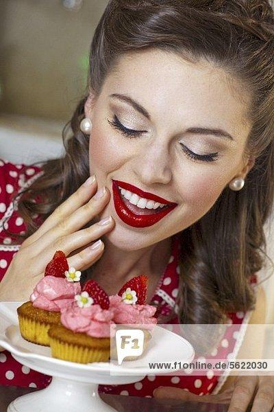 Mädchen im Retro-Look mit Erdbeermuffins