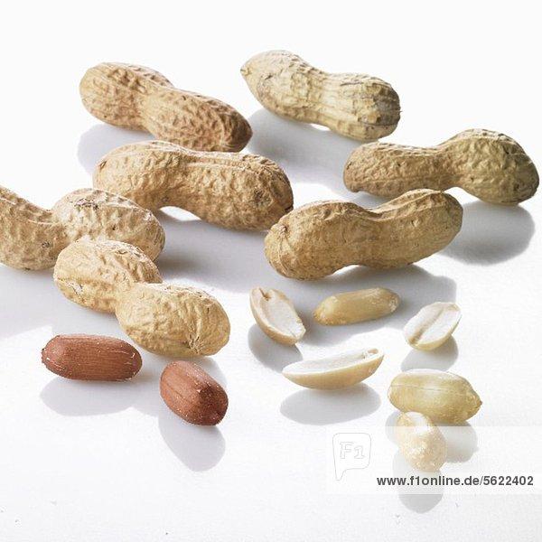 Erdnüsse  ganz und geschält