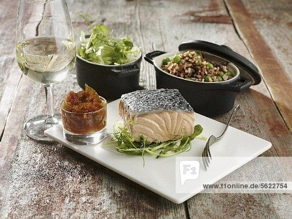 Pochierter Lachs mit Gemüse  Salat und Weissweinglas