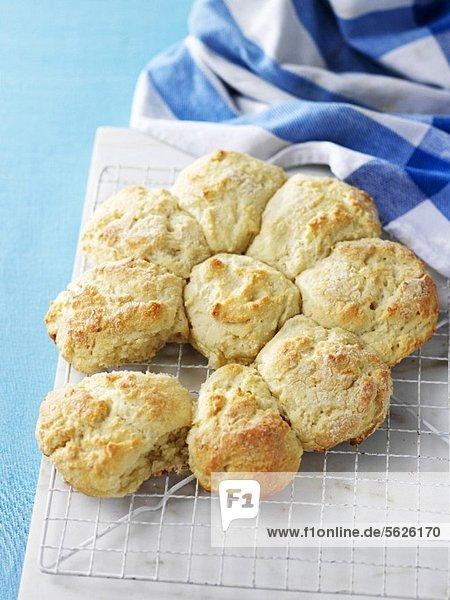Frisch gebackene Biscuits auf Kuchengitter