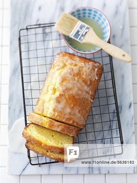 Zitronen-Joghurt-Brot auf Kuchengitter