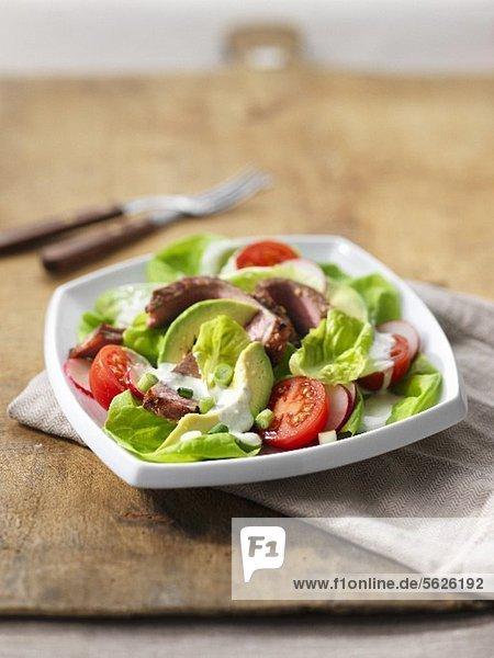 Gemüsesalat mit Avocado und Rindersteak