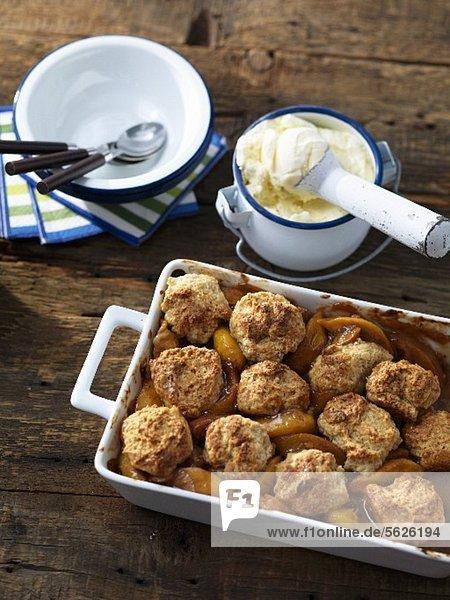 Pfirsich-Cobbler mit Vanilleeis (USA)