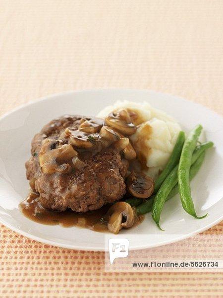 Frikadelle mit Champignonsauce  Kartoffelpüree und Bohnen