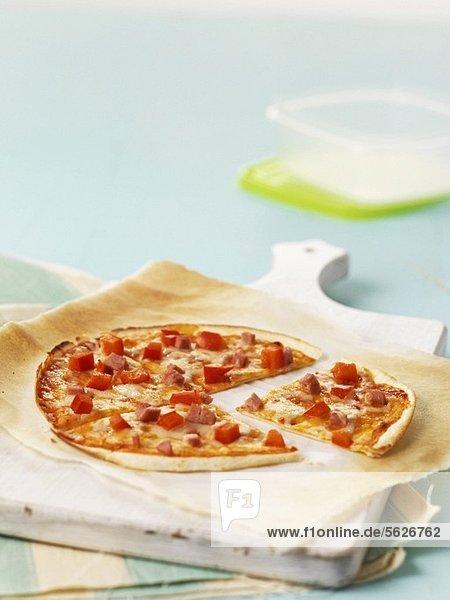 Tortillapizza mit Schinken und Tomatenwürfeln