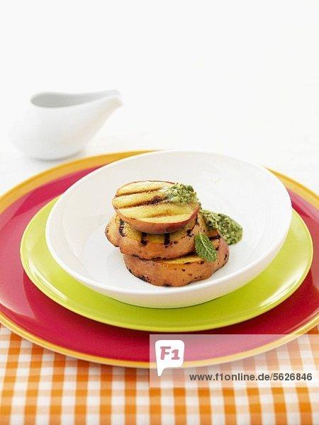 Gegrillte Pfirsiche mit Kräutersauce