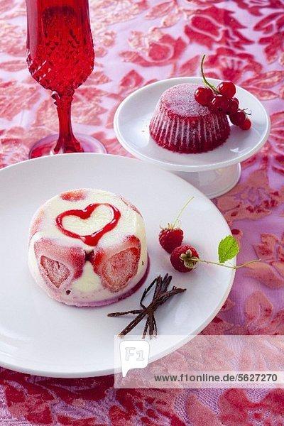 Eistörtchen mit Erdbeeren und gefrorene Götterspeise mit Johannisbeeren