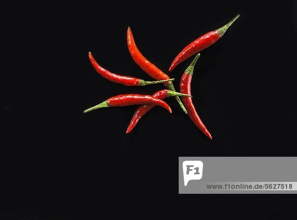 Rote Chilischoten vor schwarzem Hintergrund
