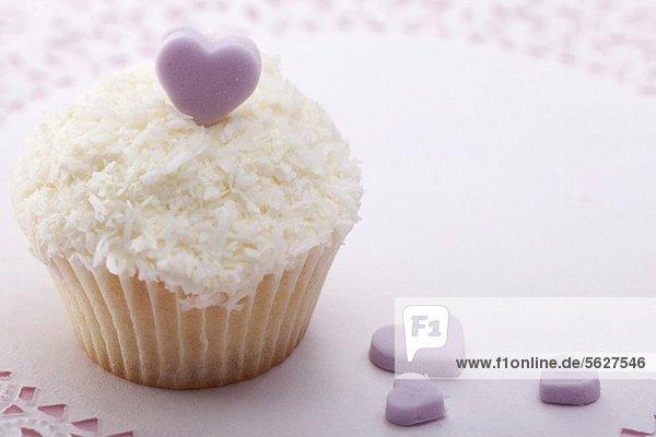 Cupcake mit Kokosraspeln und Zuckerherzen