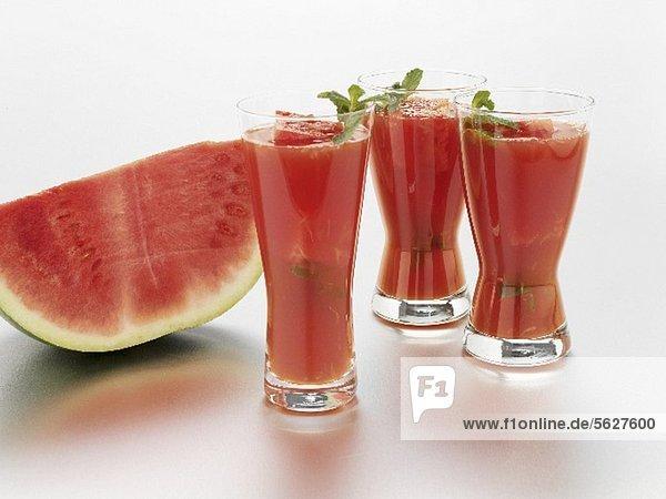 Wassermelonendrinks und frische Wassermelone
