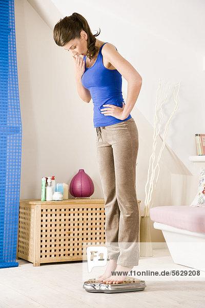 Waage - Messgerät junge Frau junge Frauen
