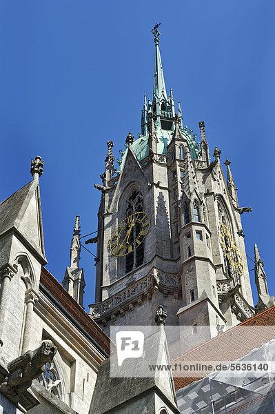 Ostturm mit Turmuhr der neugotischen Pfarrkirche St. Paul  auch Paulskirche  München  Bayern  Deutschland  Europa