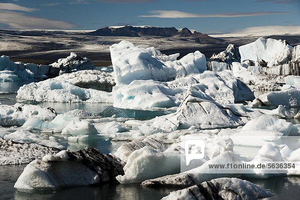 Von Asche teils schwarz gefärbte Eisberge  Gletscherlagune Jökuls·rlÛn  Vatnajökull Gletscher  Austurland  Ost-Island  Island  Europa