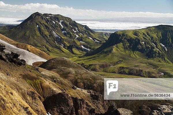 Mit Moos und Schnee bedeckte Berge am Wanderweg Laugavegur  Hrafntinnusker-¡lftavatn  dahinter Gletscher M_rdalsjökull  Hochland  Island  Europa