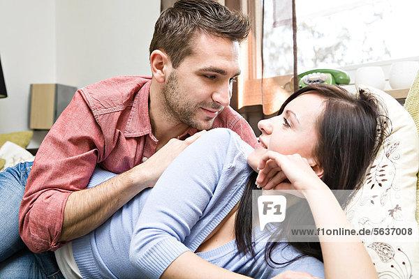 Junges Paar zu Hause