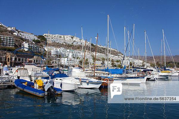 Boote im Sportboothafen von Puerto Rico  Gran Canaria  Kanarische Inseln  Spanien  Europa