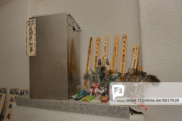 Urnen und Fotos und Grabschilder von Angehörigen  die aus Japan angereist kommen  um ihre gefallenen Angehörigen zu Ehren  Biak-Krieg  Pazifischer Krieg  bei Kota Biak auf der Insel Biak in Irian Jaya  Westpapua  Indonesien  Südostasien  Asien